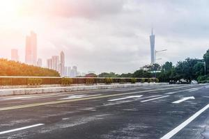 cena de estrada urbana da cidade de guangzhou foto