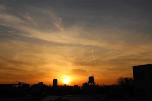 pôr do sol dourado foto