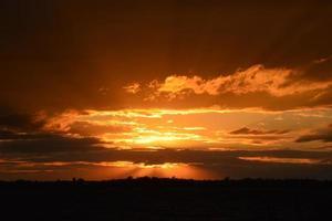 pôr do sol escuro foto