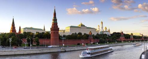 luzes da noite de moscovo kremlin foto