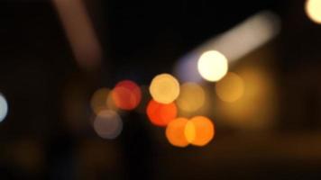 semáforo noturno desfocado foto