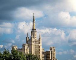 um dos famosos arranha-céus de Moscou. foto