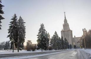 estrada de inverno para a Universidade de Moscou. foto