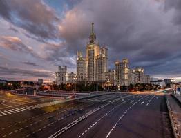arranha-céu de stalin no aterro de kotelnicheskaya em Moscou foto