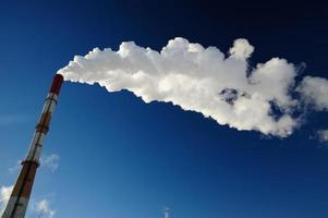 tubo de vapor-calor no céu azul foto