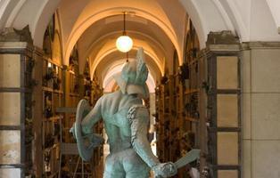estátua de bronze, cemitério monumental em Milão
