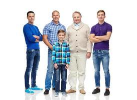 grupo de homens e menino sorridentes foto