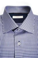 camisa masculina com um rótulo em branco foto