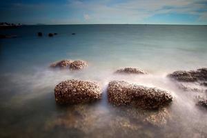 pôr do sol mar chonburi foto