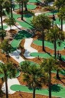 Vista aérea de um campo de golfe em miniatura. foto