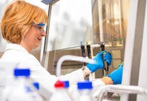 cientistas reais do sexo feminino pesquisando