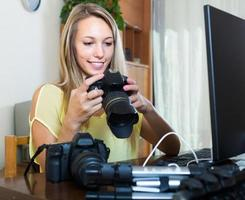 fotógrafo feminino na frente do laptop foto