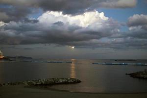 lua e pôr do sol foto