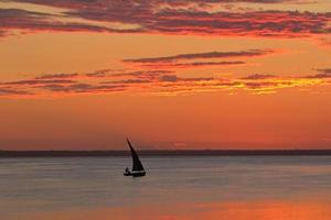 pôr do sol na praia, moçambique