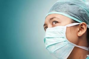 trabalhador de saúde feminina, olhando para longe foto