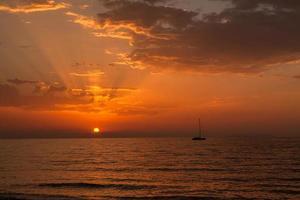 pôr do sol ilha de corfu foto