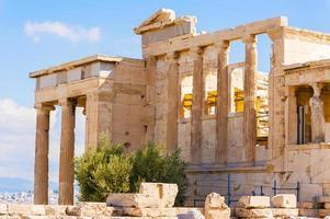 templo erechtheion na colina da acrópole, atenas, grécia.