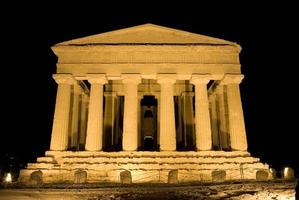 templo dórico da concordia em agrigento (cena noturna) foto