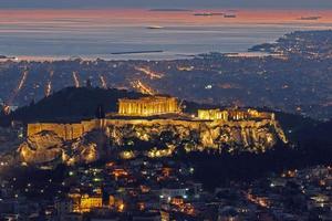 o Partenon em Atenas vista aérea à tarde foto