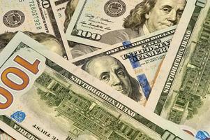 novas notas de US $ 100 espalhadas foto