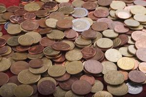 dinheiro: moedas em euros foto