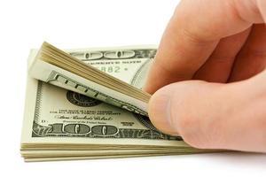 mão contando dinheiro foto