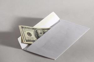 dinheiro em um envelope foto