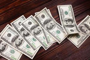 dinheiro em cima da mesa foto