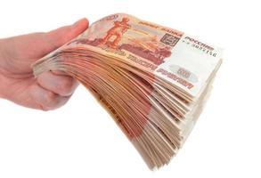 mão com notas de rublos russos, isoladas no fundo branco foto