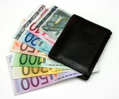 carteira cheia de dinheiro foto