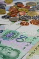 notas chinesas com variedade de moedas de dinheiro foto