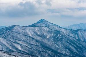 inverno paisagem branca neve da montanha na Coréia. foto