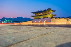 palácio gyeongbokgung à noite em seul, coreia do sul foto