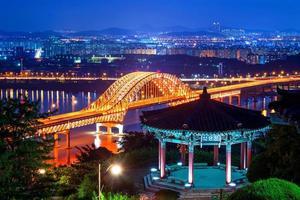 ponte de banghwa à noite, coréia. foto