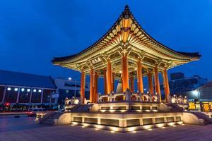 pavilhão do sino na fortaleza de hwaseong foto