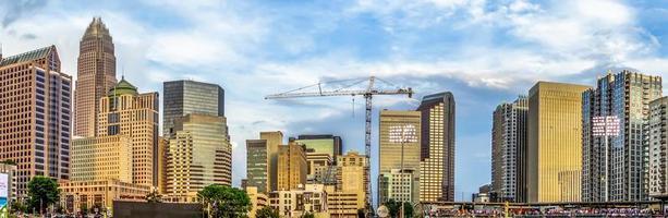 skyline da cidade de charlotte north carolina do estádio do bbt foto