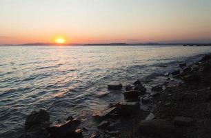 mar ao pôr do sol foto