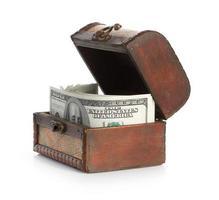 notas de dólar no velho baú de madeira