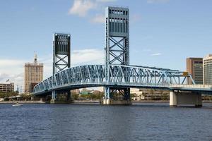 ponte de elevador sobre o rio st john jacksonville, flórida foto