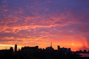 céu dramático por do sol foto