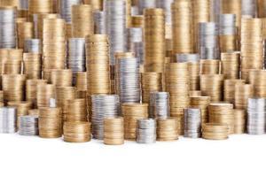 pilhas de moedas isoladas no branco foto