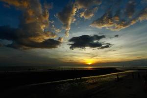 pôr do sol na praia de rayong foto