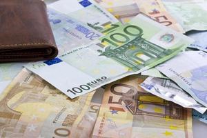 carteira de dinheiro notas de euro isolada foto