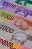 diferente rupia indonésia em cima da mesa foto