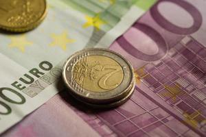 dinheiro de moedas e notas de euro.