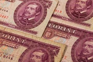 velhas notas húngaras em cima da mesa foto