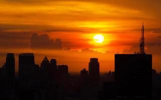 pôr do sol sobre a cidade foto