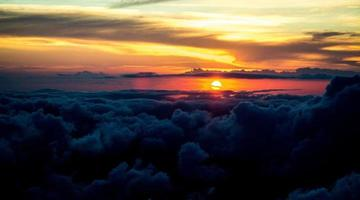 pôr do sol sobre as nuvens