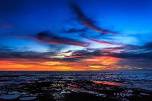 dramático pôr do sol em bali