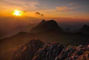 pôr do sol na montanha foto